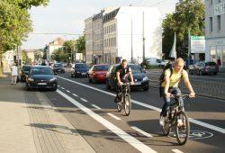 Immer wieder gern diskutiert: die Radfahrstreifen auf der Georg-Schumann-Straße. Foto: Ralf Julke