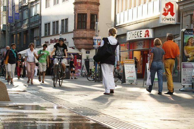 Fußgänger und Radfahrer auf der Grimmaischen Straße in Leipzig. Foto: Ralf Julke