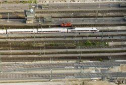 Gleisvorfeld des Hauptbahnhofs Leipzig - hier mit einem ICE. Foto: Matthias Weidemann
