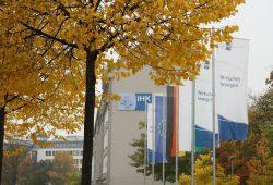 Der Sitz der IHK zu Leipzig mal im herbstlichen Blätterschmuck. Foto: Ralf Julke