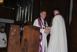 Generalvikar Andreas Kutschke gratuliert dem neuen Propst Gregor Giele (links) zur Ernennung durch Bischof Heiner Koch. Foto: Ernst-Ulrich Kneitschel