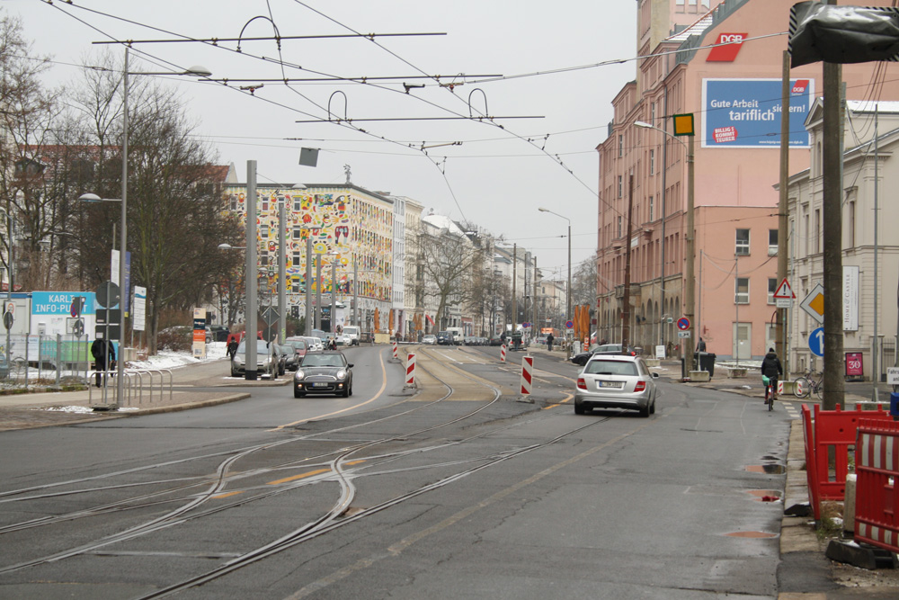 Karl-Liebknecht-Straße in Höhe Paul-Gruner-Straße: links darf der Verkehr stadteinwärts weiter fahren, rechts wird jetzt der neue Straßenkörper gebaut. Foto: Ralf Julke