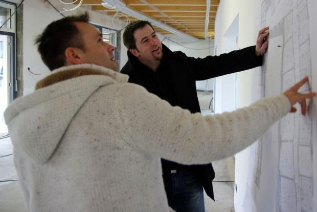Zusammen mit OUTLAW-Projektleiter Henning Heiring (rechts) überwacht Daniel Kemp (links) die Umsetzung der OUTLAW-Pläne beim Kita-Neubau. © OUTLAW Kinder und Jugendhilfe gemeinnützige GmbH