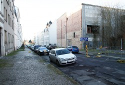 Die Laubestraße mit Resten von Vorgärten (links) und der seit Jahren unverkäuflichen Lagerhalle. Foto: Ralf Julke