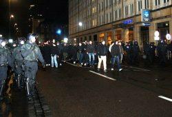 9. Februar 2015: Legida-Anhänger laufen am 9. Februar zum Hauptbahnhof zurück. Ohne Demonstration aber attackiert von allen Seiten und bewacht durch die Polizei. Nach vorher friedlichen Protesten kommt es zu Gewalt. Foto: L-IZ.de
