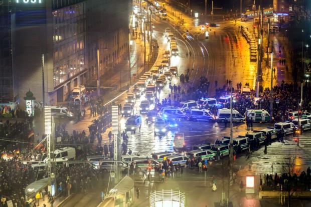 Legida kehrt am 23. Februar auf den Augustusplatz zurück. Und die Wissenschaftler der Universität Leipzig erfassen die Mengen aus luftiger Höhe. Foto: Marcel Sarközi