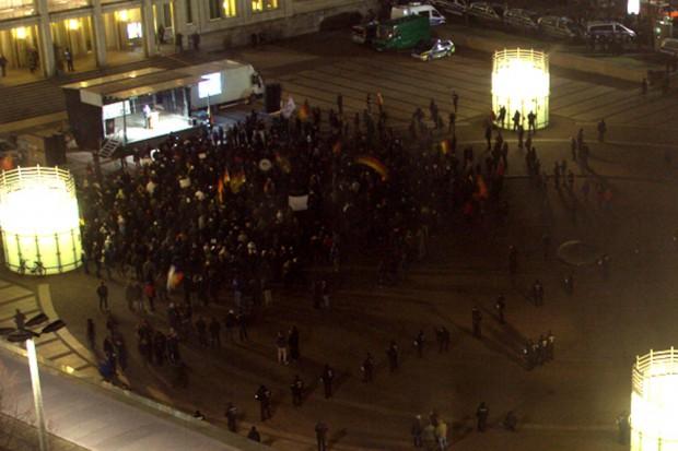 Legida-Demonstration am 16. Februar 2015. Zirka 20 Uhr. Das Bild bleibt unverändert. Foto: Marcel Sarközi