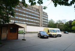Parkplatz und das noch von der Stadtverwaltung genutzte Gebäude auf dem Matthäikirchhof. Foto: Ralf Julke