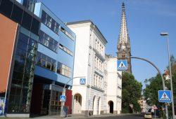 Die Peterskirche mit dem Evangelische Schulzentrum in Leipzig. Foto: Ralf Julke