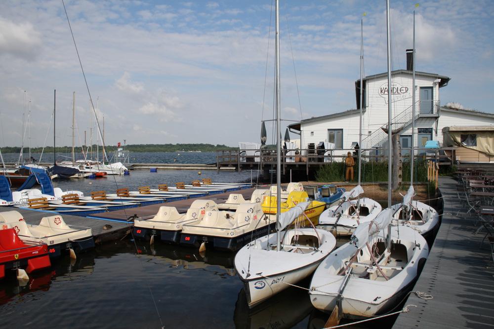 Noch dominieren Segelboote und Tretboote am Pier 1 am Cospudener See. Foto: Ralf Julke