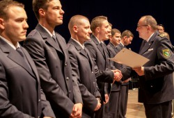 Der Görlitzer Polizeipräsident Conny Stiehl überreicht seinen künftigen Kollegen ihre Ernennungsurkunden. Foto: Bereitschaftspolizei Sachsen