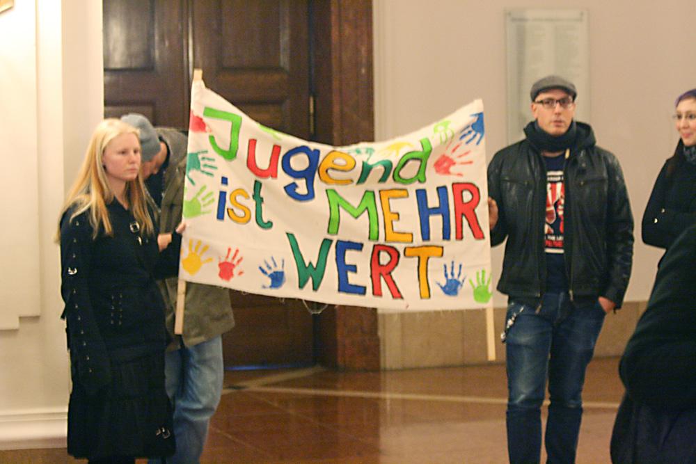 Einer der vielen Vereinsproteste zu Leipziger Stadtratssitzungen - hier ist es der Bereich Jugendhilfe. Foto: Sebastian Beyer