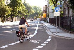 Radfahrerin in der Emil-Fuchs-Straße. Foto: Ralf Julke