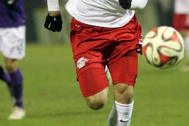 Beim Gastspiel gegen Aue flog nicht nur der Fußball. Foto: GEPA-Pictures (Ausschnitt)