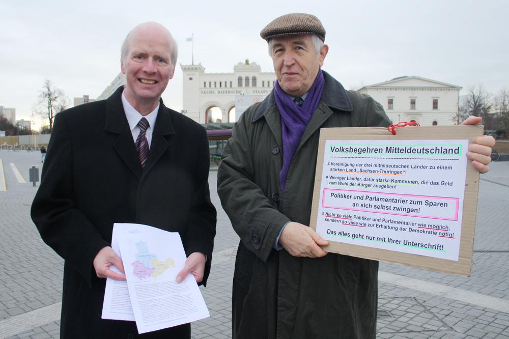 Bernward Rothe und Roland Mey im Dezember beim Unterschriftensammeln vorm Bayrischen Bahnhof. Foto: Ralf Julke