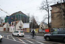Um die kleine Kapelle hinter der Mauer geht es beim Streit um die Brückenlösung in Schönefeld. Foto: Ralf Julke