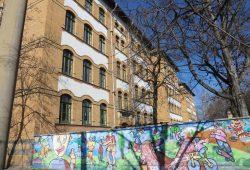 Leipzig versucht die Schulsozialarbeiter aus eigener Kraft zu bezahlen - hier die Schule am Adler. Foto: Marko Hofmann