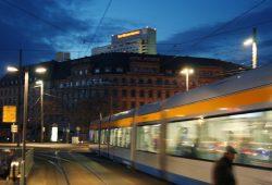 Straßenbahn am Hauptbahnhof: Auch in den Tagesrandzeiten werden Bahnen und Busse immer voller. Foto: Ralf Julke