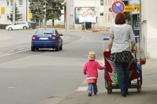 Ab ins Freie: Tagesmutter in Dölitz unterwegs mit ihren Schützlingen. Foto: Ralf Julke