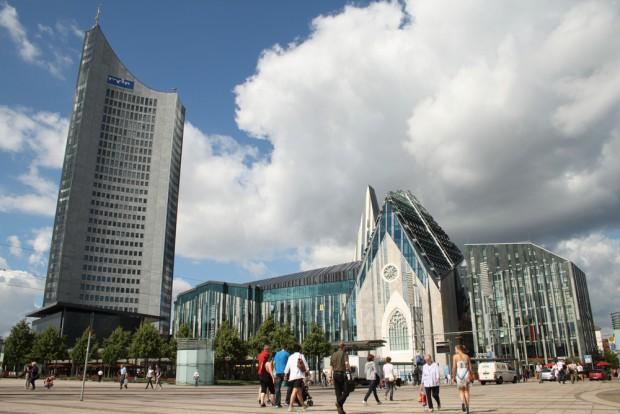 Augustusplatz mit City-Hochhaus und dem Neubau der Universität Leipzig. Foto: Ralf Julke