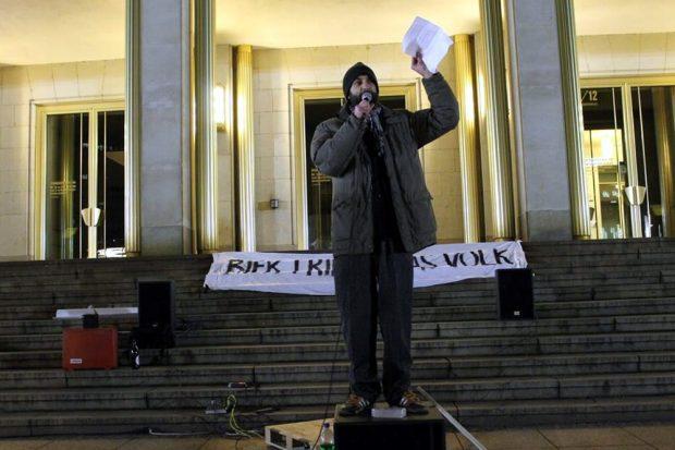 Uwe Brückner (Die Partei) hier bei seiner Ansprache am vergangenen Montag - als Redner auch am 9. Februar erwartet. Foto: Andreas Bernatschek