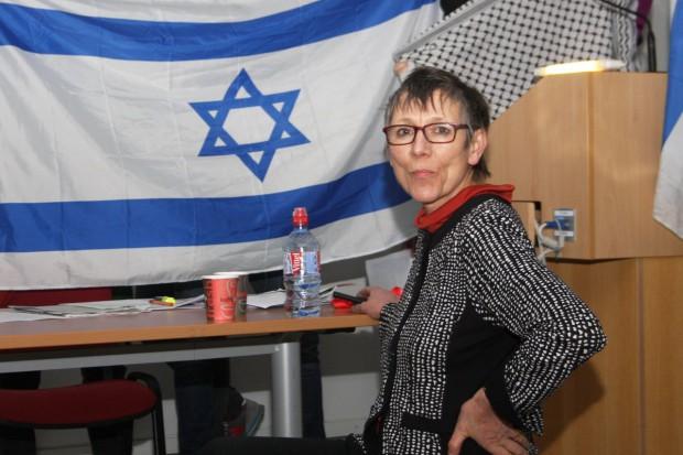 Bundestagsabgeordnete Annette Groth vor dem besetzten Podium. Foto: Alexander Böhm