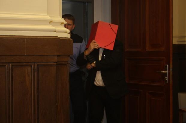 Heinz-Dieter D. wird aus U-Haft in den Saal geführt. Foto: Alexander Böhm