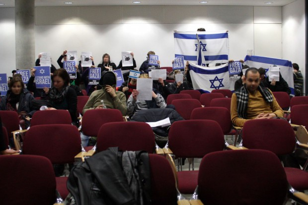 Protest einer Gruppe gegen Annette Groth am Freitag, 13. März aus dem Publikum. Foto: Alexander Böhm