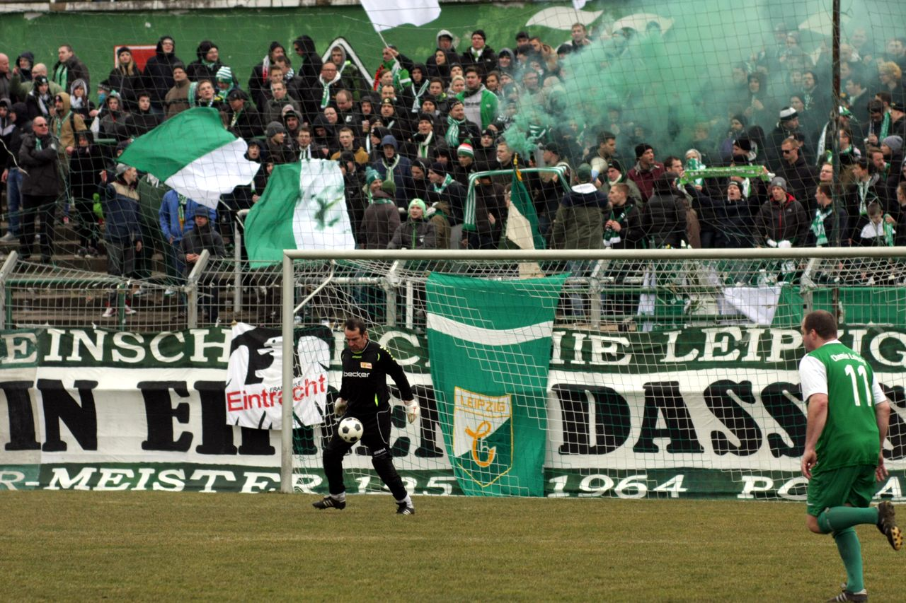 FC Union Berlin Keeper vor BSG Chemie Fans
