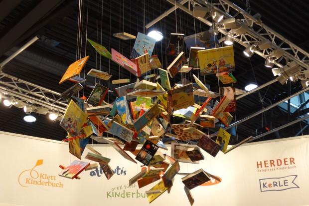 Leipziger Buchmesse 2015: Wer für seine Bücher keinen Platz mehr im Regal findet, kann es ja mal so versuchen. Foto: Patrick Kulow