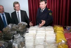 Polizeipräsident Bernd Merbitz und Staatsanwaltschaftssprecher Ricardo Schulz präsentieren Drogenfund. Foto: Alexander Böhm