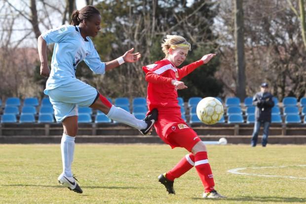 Safi Nyembo (li.) - hier gegen Sarah Rode - brachte den FFV mit ihren beiden Toren auf die Siegerstraße. Foto: Jan Kaefer