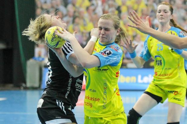 Michelle Urbicht (HCL) setzt sich am Kreis gegen Nadine Smit (Celle) durch. Foto: Jan Kaefer