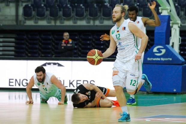 Während Marian Schick (li.) und Florian Wendeler noch am Boden liegen, treibt Falko Theilig den Ball schon wieder nach vorn. Foto: Jan Kaefer
