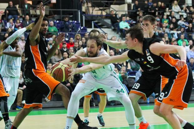 Kampf um jeden Ball: Jörn Wessels (#44) bekommt es hier gleich mit drei Rhöndorfern zu tun. Foto: Jan Kaefer