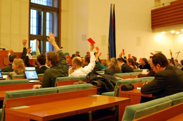 Alle Hände gehen hoch in die Luft. Der erste Leipziger Doppelhaushalt ist beschlossene Sache. Foto: L-IZ.de