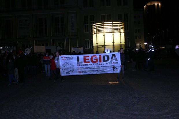 Aufstellung von Legida. Heute mit maximal 700 Teilnehmern nach ersten Schätzungen. Scheinbar hat auch Lutz Bachmann nicht mehr Legida - Teilnehmer auf den Platz locken können. Foto: L-IZ.de