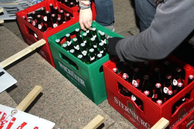 Bier trinkt das Volk. Legida-Das Original nach Ende der Veranstaltung (19:05 Uhr). Foto: L-IZ.de