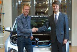 Harald Krüger (rechts), Produktionsvorstand der BMW AG, übergibt den ersten im BMW Werk Leipzig vom Band gelaufenen BMW i3 an BMW Laufsportbotschafter Jan Fitschen. (Aufnahme aus dem Jahr 2013, Quelle: BMW).