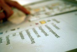 Auch der Orientierungsplan im Foyer des Bach-Museums ist jetzt mit Braille-Schrift unterlegt. Foto: Ralf Julke