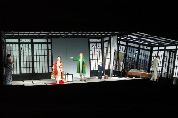 Heiratsschwindel bringt das Opernbühnenbild in Schieflage. Foto: Karsten Pietsch