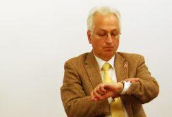 Pfarrer im Ruhestand und dennoch rührig - Christian Wolff: Mal schauen was die Uhr geschlagen hat. Foto: L-IZ.de