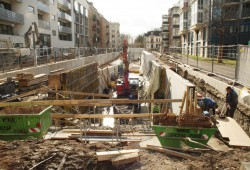Blick in die aktuelle Baustelle des Elstermühlgrabens von der Elsterstraße aus. Foto: Ralf Julke