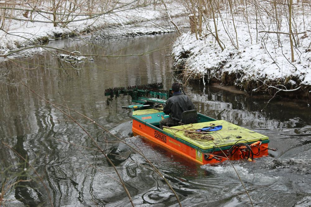 Mittlerweile untersagt: Mäharbeiten im Leipziger Floßgraben. Foto: Kanuverband Sachsen, Falk Bruder
