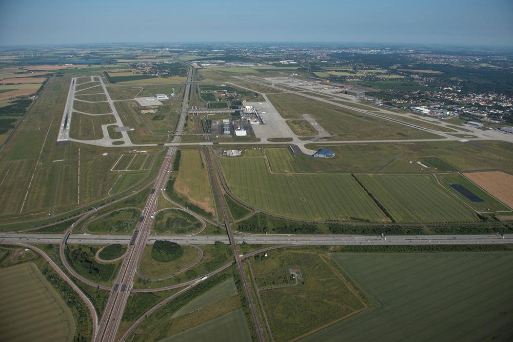 Die Start- und Landebahn Süd (rechts im Bild) hat An- und Abflugschneisen, die über deutlich dichter besiedeltes Gebiet führen. Foto: Flughafen Leipzig / Halle, Uwe Schoßig