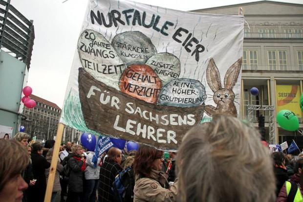 """""""Sagen Sie das doch mal den Politikern"""" - Wenn an Bildung gespart wird, ist die humanistische Bildung manchmal fern. Lehrer streiken gegen die Ökonomisierung ihres Berufsstandes in Leipzig. Foto: Gerd Eiltzer"""