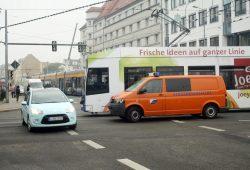 Georg-Schumann-Straße in Gohlis - hier mit einem kleinen Straßenbahnstau. Foto: Ralf Julke
