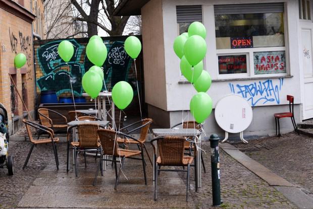 "Grüne Ballons vor dem ""Curry Süd"". Foto: Maike Klose"