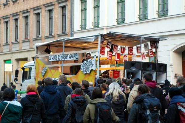 Die GSO auf der Jahnallee. Das Motto hier: ¡No Bassarán!  Für eine einladende Willkommenskultur gegenüber Geflüchteten. Foto: L-IZ.de