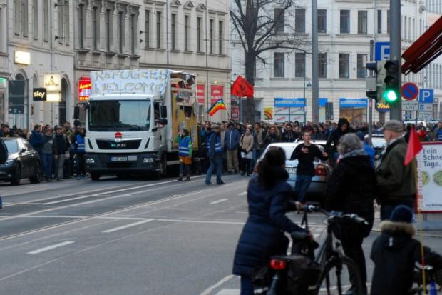 Die GSO rollt heran. Rund 600 sind gekommen, um gegen Legida gewohnt lautstark zu demonstrieren. Foto: L-IZ.de